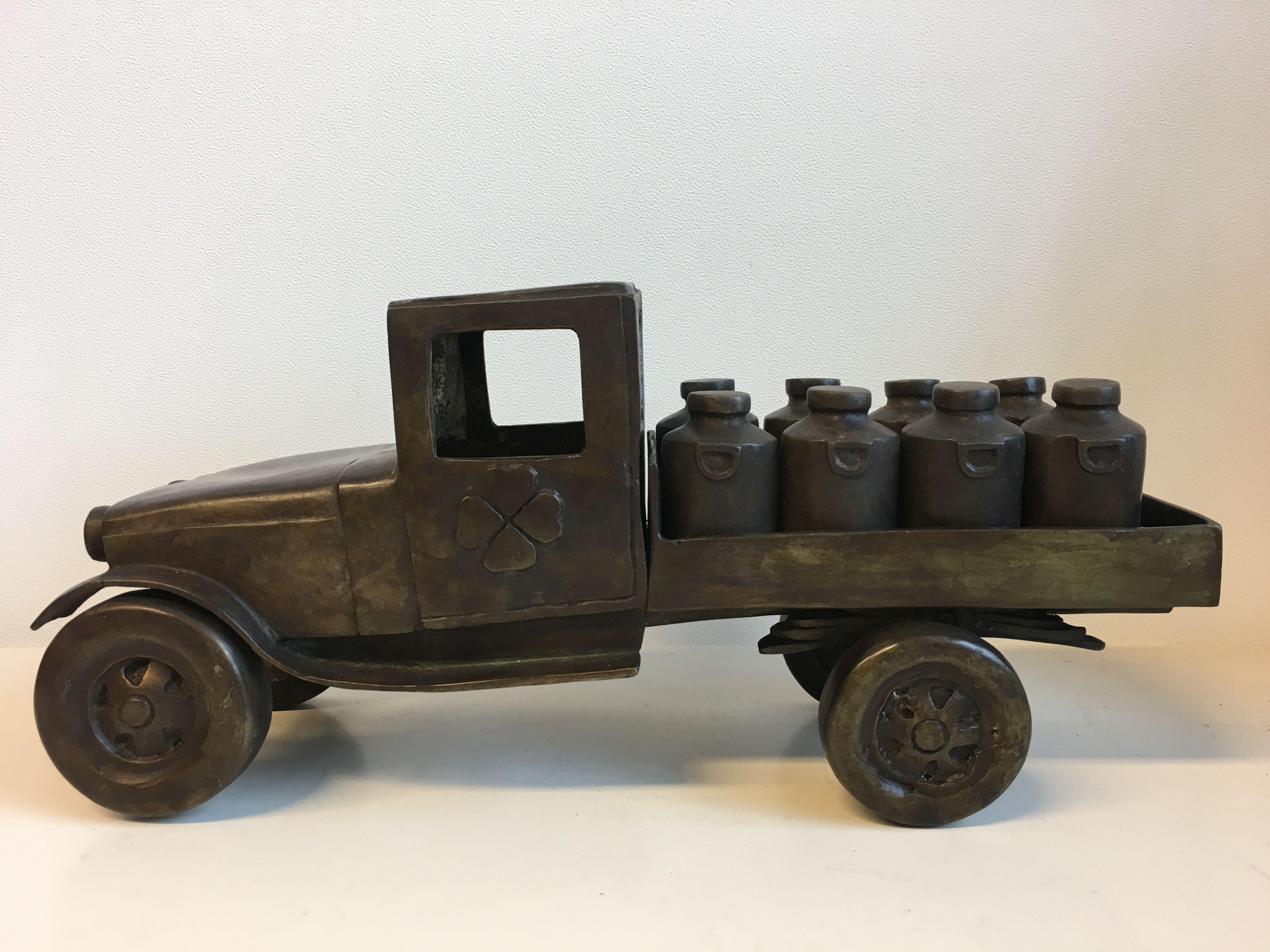 Bronzen beeld van een oude melkwagen